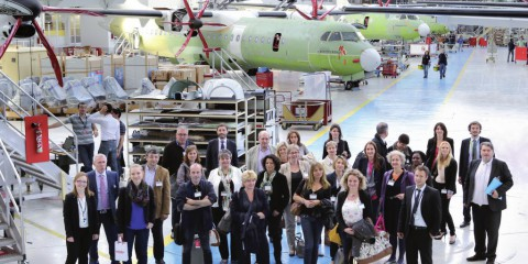 Photo souvenir dans les hangars d'ATR